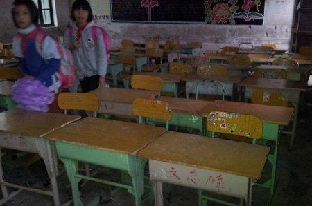 广东吴川学生自带桌椅上学调查:将配备新书桌
