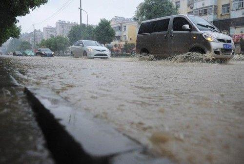 组图:安徽合肥突降暴雨致居民小区内涝严重