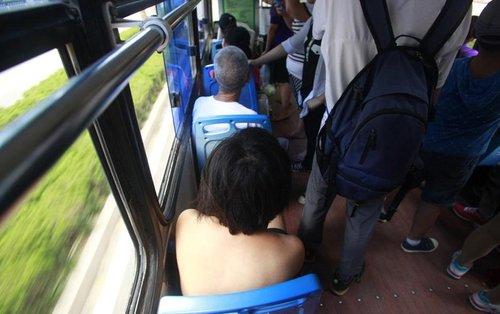 济南一名女子光裸上身坐公交