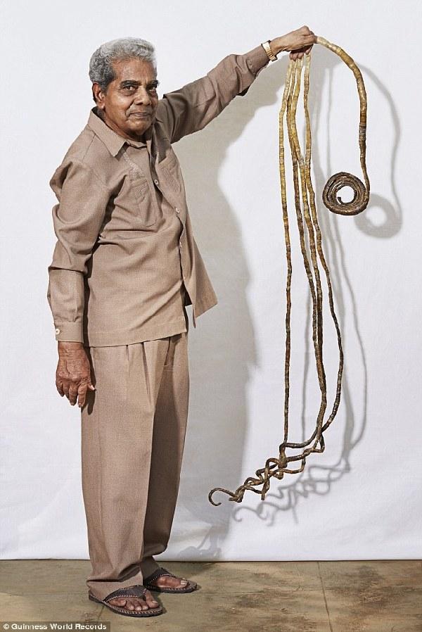 印度老翁左手留指甲近63年 长9米多创世界记录