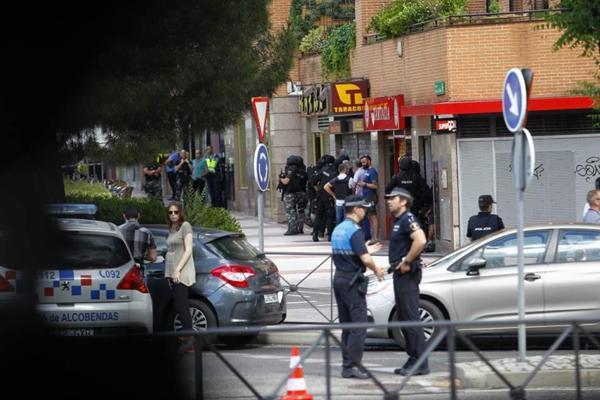 西班牙一警察在中餐馆与警方持枪对峙8小时后自杀。网页截图