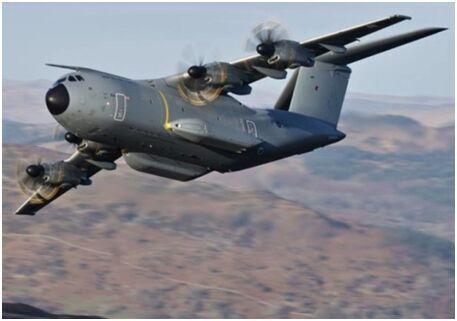 英国巨型运输机低空飞行穿越山谷 吸引发烧友拍照