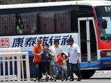几名乘客离开客车 仍有乘客被困