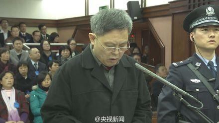 海南原副省长谭力出庭受审 头发花白(图)