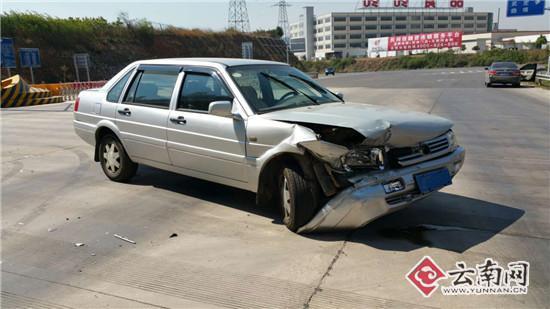 运毒嫌犯被警方追击 驾车冲卡高速路抛毒品(图)