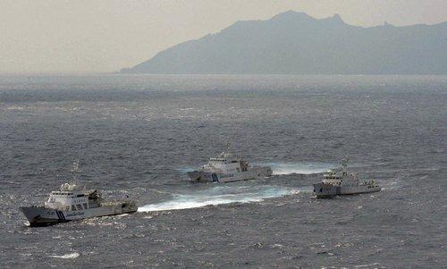 日军舰在钓鱼岛斩缆绳阻中国渔船 日渔船亦遭