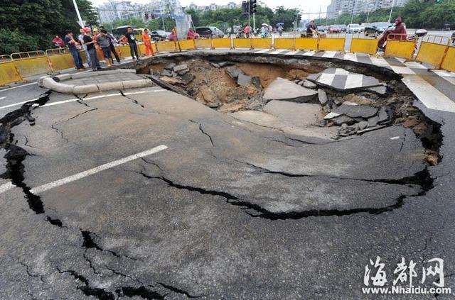 福建福州一安全岛路面塌陷 现近百平方大坑