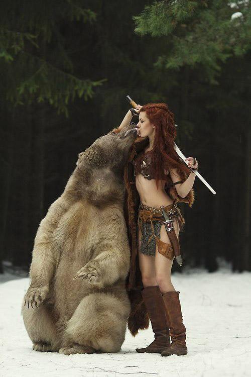 俄美女为考驯兽师执照 雪地里与活熊舌吻(组图)