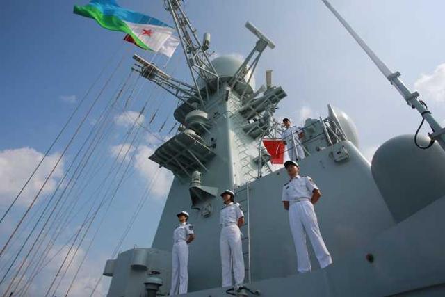第二十七批护航编队海口舰靠泊吉布提港补给休整