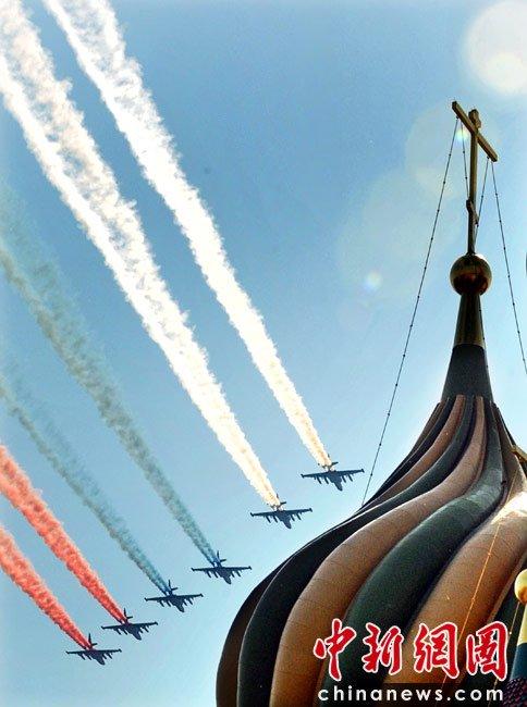 图为空中梯队飞越红场上空.   5月9日,俄罗斯在莫斯科红场...