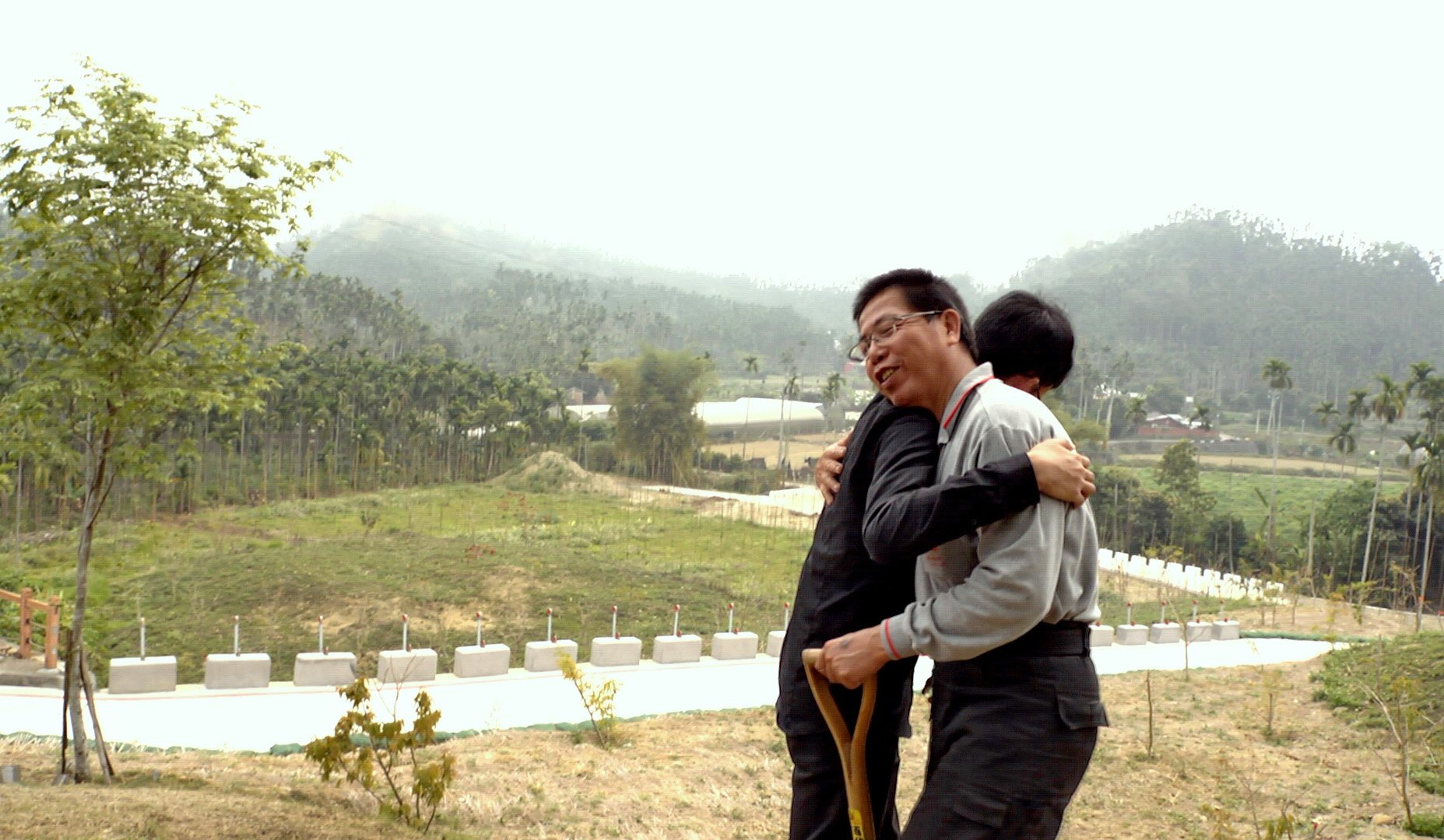 在林太太的葬礼上,林先生与辅仁大学医学系的学生拥抱。
