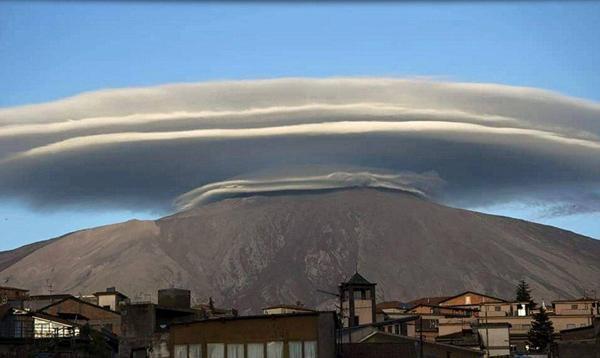 意大利活火山顶惊现碟状云 酷似外星人飞船(图)