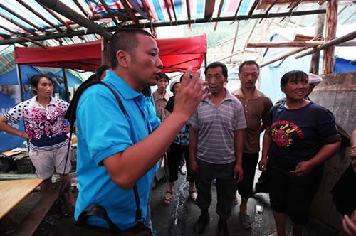 雅安地震后傅强在帐篷里与灾民对话