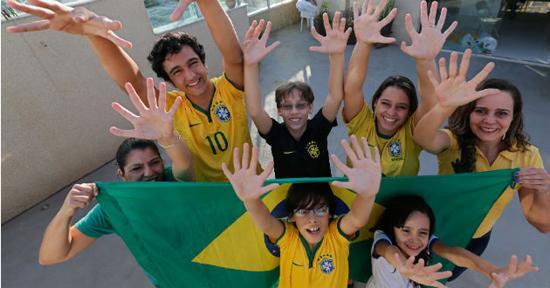 """巴西一""""六指""""家庭盼巴西队第六次夺冠(图)"""