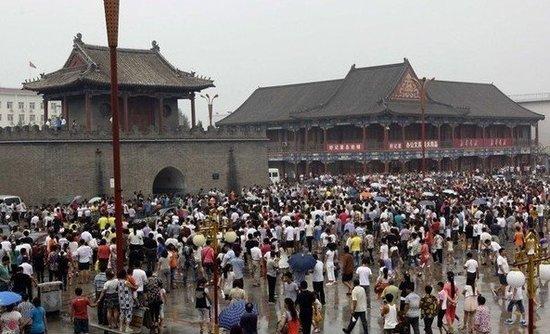 """7月6日,天津蓟县莱德商厦""""6-30""""大火的遇难者的头七,许多蓟县市民到鼓楼广场自发悼念遇难者。"""