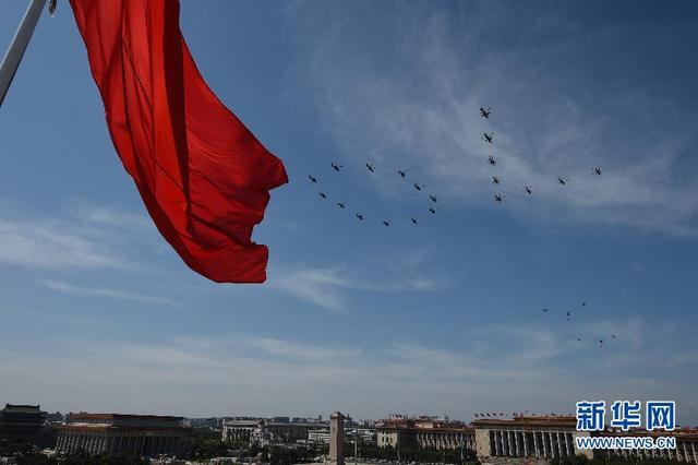 空中护旗方队通过天安门广场