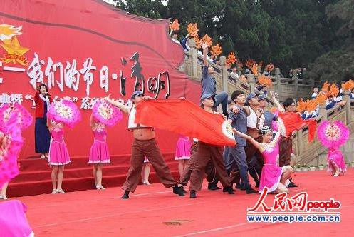 在湖南长沙市烈士公园的纪念塔前,正在进行的红色歌舞表演。侯琳良 摄影报道