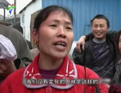 男子路边看奥运睡着被偷3次 以为老婆给自己盖被子,傻的可爱!