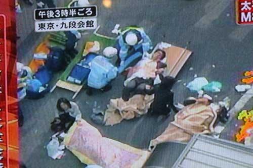 组图:日本播音员头戴安全帽播报新闻
