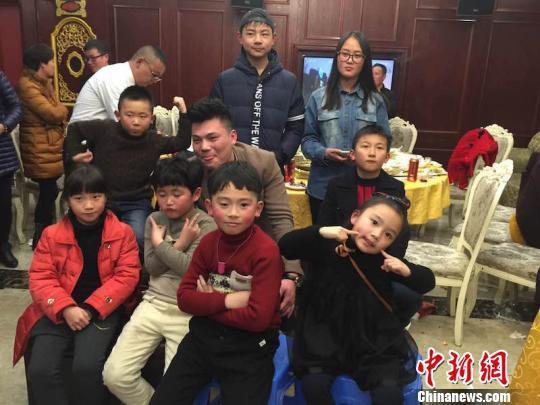 网络媒体走转改:浙江四世同堂家庭AA制聚餐过大年