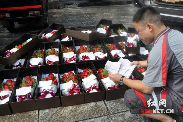 男子七夕同时向32位女士赠送玫瑰花(图)