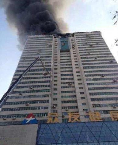 兰州闹市区一高层大厦发生火灾 伤亡情况不明