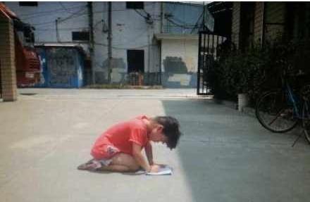高清图—上海虹星路185弄23号父母罚跪在烈日下写作业