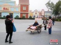 组图:山东男子用板车推86岁母亲逛游乐场 - 暮色苍茫 - 赵破奴