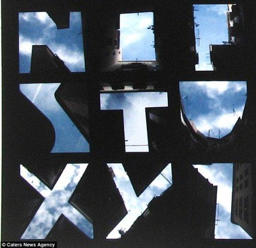 摄影师以天空为景拍高楼缝隙中的26个字母(图)