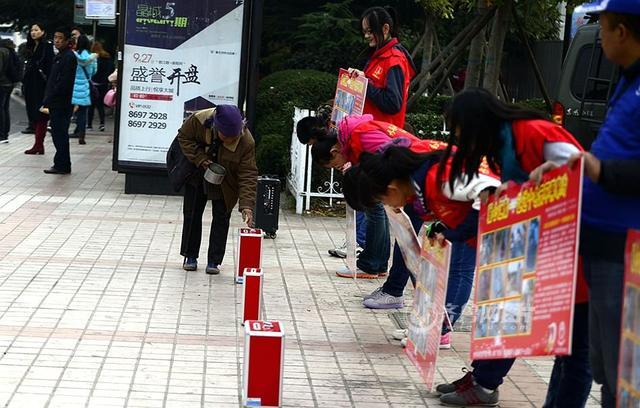 乞讨大妈在青岛为山区捐款 志愿者鞠躬致谢(图)