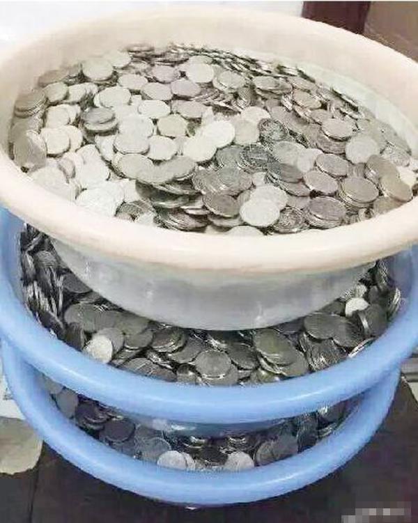 温州一公交公司发工资 有人领到三脸盆硬币