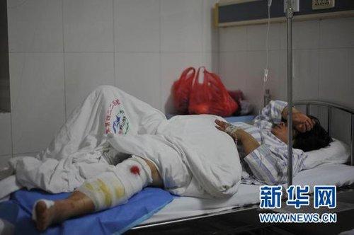 2月13日,一名伤者在湛江市解放军422医院接受治疗。 新华社记者 吴鲁 摄