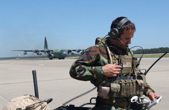 南海舰队轮机兵装备电子降噪耳机 而选择性滤音