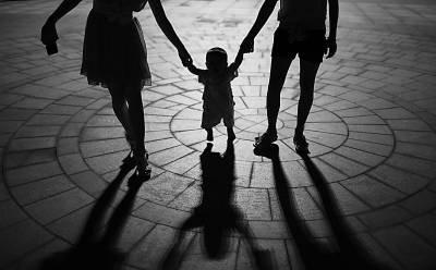 母亲牵手孩子简笔画