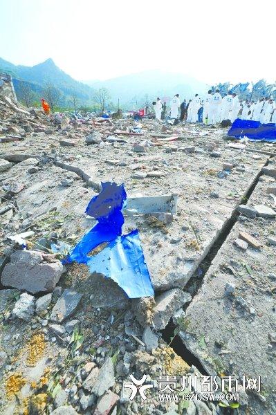 贵州福泉爆炸案:150米外公路上1人被卷入车底