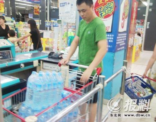 哈尔滨再发抢水潮 超市瓶装水未涨价储备充足