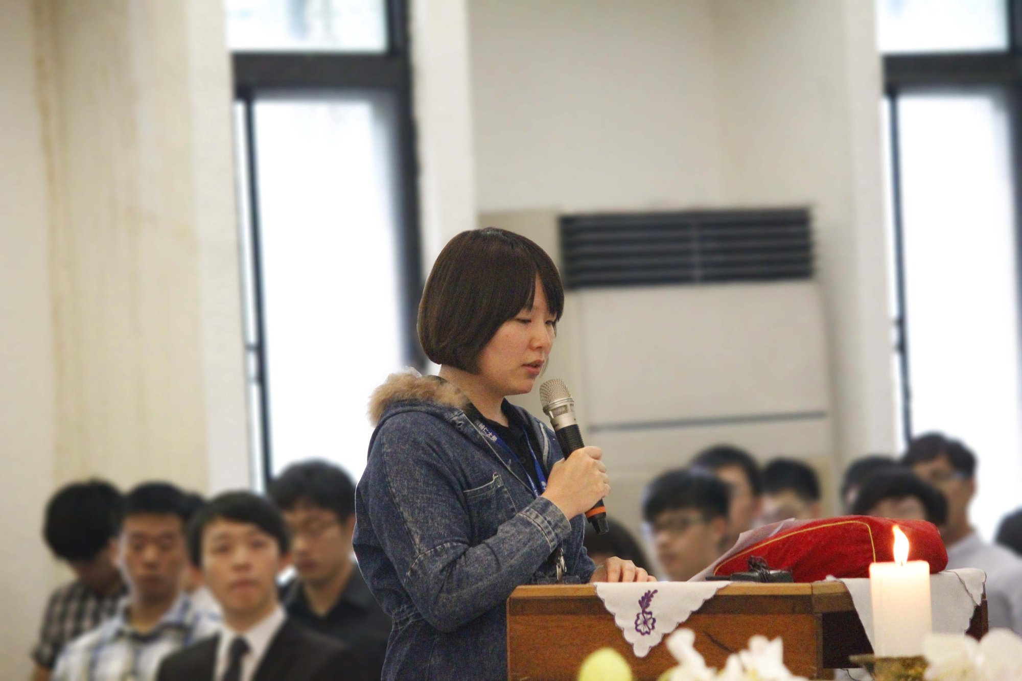 林先生的女儿在林太太的告别仪式上讲话。