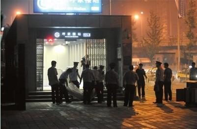 今晨零点45分,警方将劫匪尸体抬出地铁。昨天晚上9点多,在地铁10号线呼家楼站内,一名男子持刀将一名女安检员劫持。据北京市公安局官方微博通报,经现场谈判无效,特警总队蓝剑突击队警员开枪将该男子击毙。