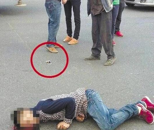 男子过马路时被撞身亡 死时手机还在放视频(图)