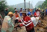 抢险人员在抢修鹰厦铁路水毁线路