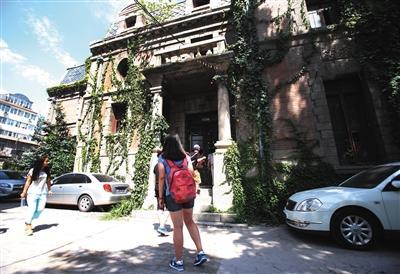 """北京第一""""鬼屋""""成热门旅游景点 游客排队探险"""
