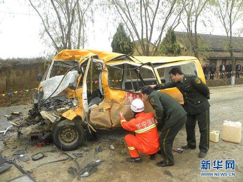 事故现场(11月16日摄)。16日9时40分许,甘肃省庆阳市正宁县榆林子镇西街道班门口发生一起交通事故,一辆车号为陕D-72231的大翻斗运煤货车与一辆榆林子镇幼儿园接送校车迎面相撞。目前,受伤人数和事故原因等详细情况正在进一步调查中。新华社发