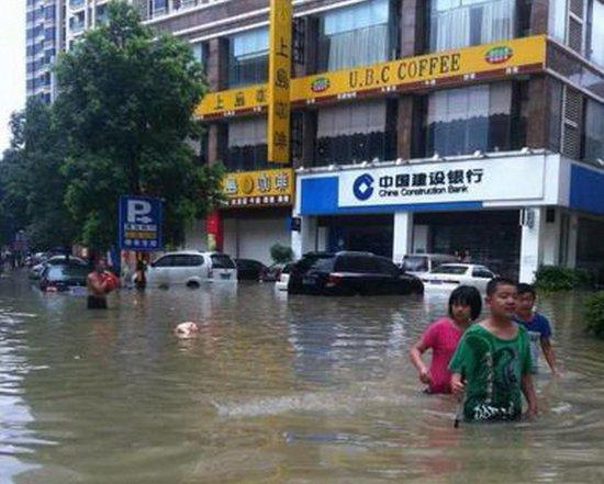 广东汕头溃堤致海水倒灌 房屋被淹民众受困