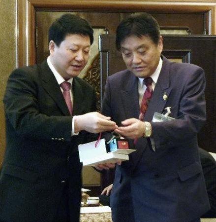 资料图:南京市委常委刘志伟(左)在名古屋市长河村隆之否认南京大屠杀