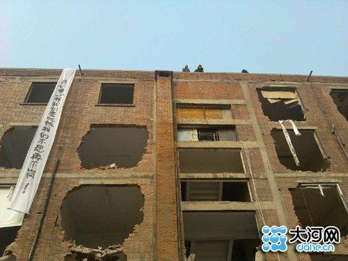 河南新乡强拆办公楼:员工被赶至楼顶并拆楼梯