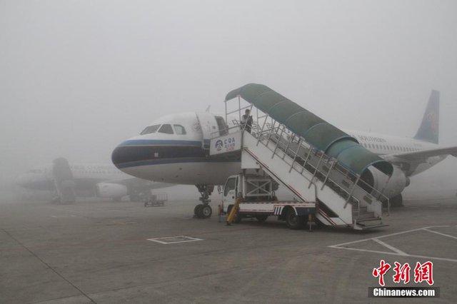 重庆大雾致机场百余航班延误 近万人出行受阻