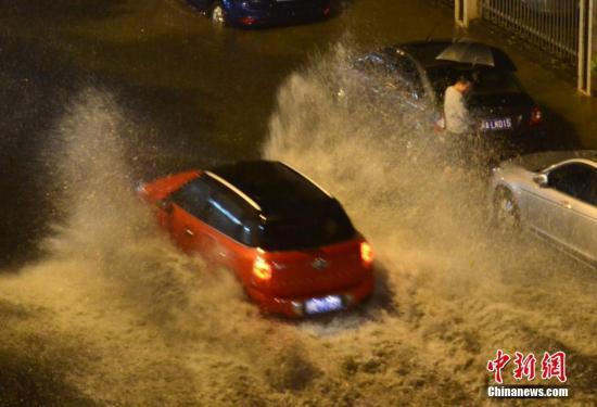 4月24日晚,福州突下大暴雨,市区许多路段积水成灾,给市民出行带来很大困扰。 中新社记者 王东明 摄