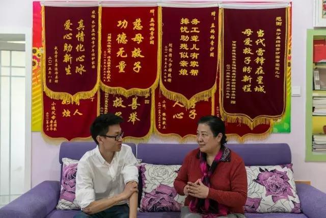 长沙青少年保护家园。肖宇回到湖南,看望曾经帮助过他的孟繁英。