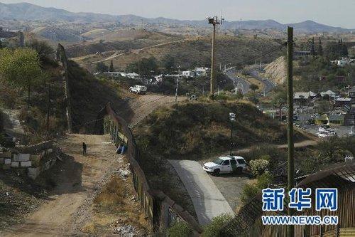 1月6日,美国边防巡逻车在美国亚利桑那州边境地区与墨西哥交界的围栏边巡逻。墨西哥警方说,一名墨西哥17岁少年5日企图翻越美墨边界围栏,遭美国边防巡逻队枪击身亡。新华社/路透