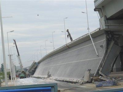 哈塌桥发布会不足10分钟 拒答何时公布事故原因